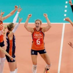 2015-09-28 21:35:12 APELDOORN - De vrouwen van Nederland juichen na de winst tegen Italie tijdens het EK volleybal. ANP ROBIN VAN LONKHUIJSEN